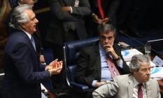 O advogado José Eduardo Cardozo observa o senador Ronaldo Caiado durante julgamento final do Impeachment Foto: André Coelho / Agência O Globo