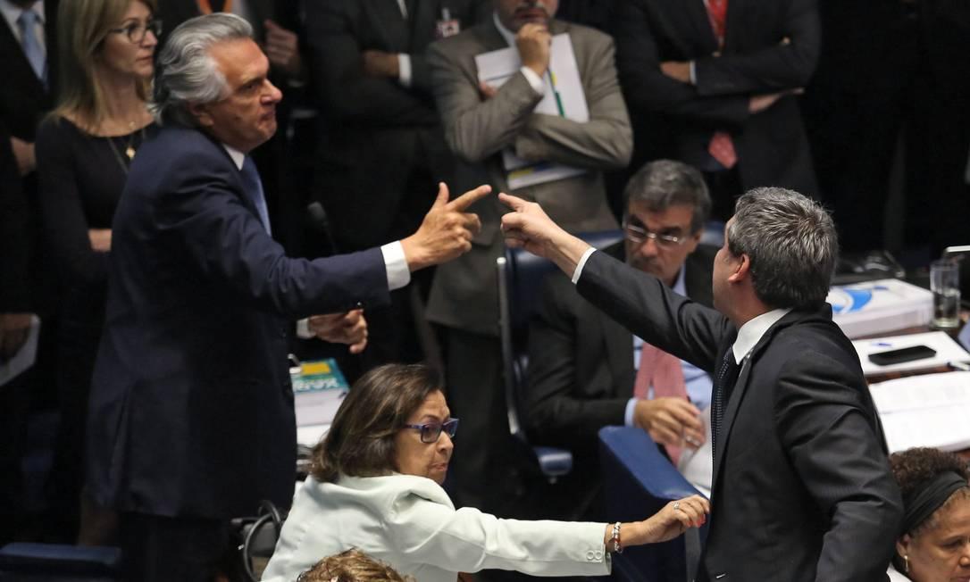 Durante a discussão das questões de ordem, os senadores Ronaldo Caiado (DEM-GO) e Lindberg Farias (PT-RJ) batem boca André Coelho / Agência O Globo