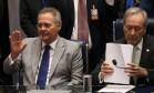 O presidente do Senado (à esq.) acompanha o julgamento do impeachment ao lado do presidente do Supremo, que comanda a sessão Foto: André Coelho / Agência O Globo