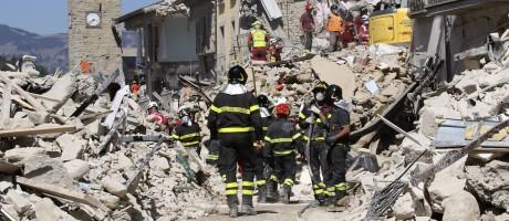 Bombeiros trabalham para resgatar vítimas de terremoto em Amatrice, na Itália Foto: AP