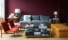 Londrino. Pares de poltronas, parede vinho e livros como peças chave na decoração Foto: Fotos de divulgação