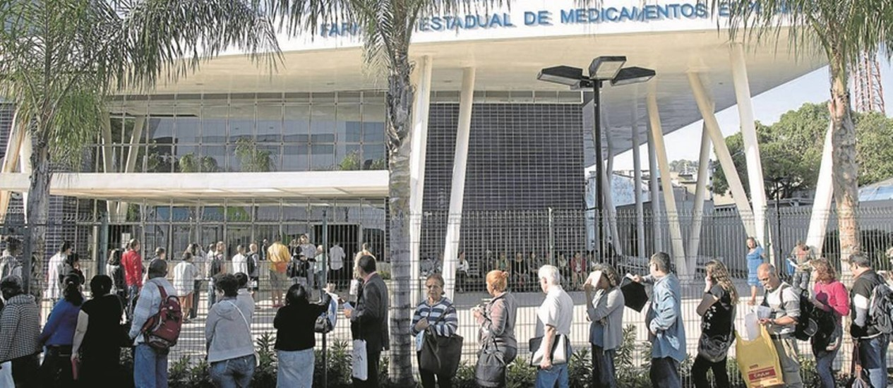 Diante da Farmácia Estadual de Medicamentos Especiais, pacientes ou seus parentes esperam por remédios: nem todos, no entanto, estão disponíveis Foto: Ana Branco