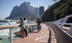 Pedestres e ciclista usam a Ciclovia Tim Maia, em São Conrado, que está interditada desde abril: prefeitura diz que local está sinalizado com fitas e blocos de concreto Foto: Hermes de Paula / Agência O Globo