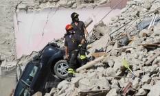 Resgatistas tentam achar sobreviventes em meio a pilhas de escombros em Pescara del Tronto Foto: MARCO ZEPPETELLA / Marco Zeppetella/AFP