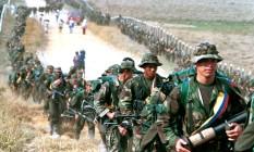 Em 1999, rebeldes das Farc fazem patrulha em estrada na Colômbia Foto: © Jose Gomez / Reuters / REUTERS