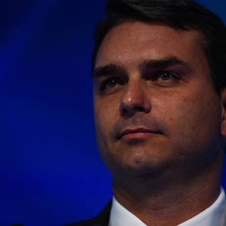 O candidato Flavio Bolsonaro no debate com os canditados a prefeito do Rio Foto: Guilherme Leporace / O Globo