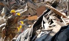 Soldados italianos removem escombros durante operação para tentar reabrir uma estrada na vila de Rio, perto de Amatrice Foto: MARIO LAPORTA / AFP
