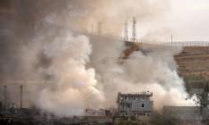 Fumaça sobe sobre o quartel-general após um ataque suicida em Cizre, na Turquia Foto: STR / AFP