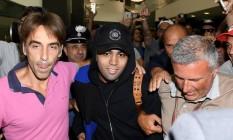 Gabigol na chegada a Milão, para fazer exames médicos e assinar contrato com o Inter Foto: Reprodução do Twitter do Inter de Milão