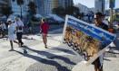 O artista plástico Caio Nascimento, morador do Cantagalo, trocou a feira de Ipanema pelo calçadão de Copacabana para oferecer suas pinturas Foto: Fernando Lemos / Agência O Globo