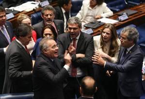Bate-boca e empurrões entre os senadores, Renan Calheiros, Gleisi Hoffmann e Lindbergh Farias durante sessão no Senado para votação do Impeachment Foto: André Coelho / O Globo