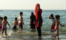 Mulher algeriana veste traje de banho islâmico na praia Foto: RYAD KRAMDI / AFP