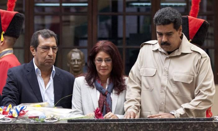 Irmão de Hugo Chávez, Adán Chávez, primeira-dama venezuelana, Cilia Flores, e presidente, Nicolás Maduro, visitam túmulo do ex-presidente em 2013 Foto: Ariana Cubillos / AP