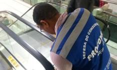 Técnico do Procon-RJ vistoria escada rolante do Shopping Tijuca Foto: Divulgação