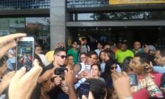 Isaquias posa com fãs na chegada a Ilhéus Foto: Miguel Caballero
