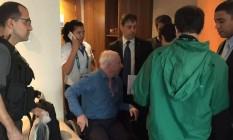 Patrick Hickey, presidente do Comitê Olímpico Irlandês (na cadeira de rodas), está preso por venda ilegal de ingressos da Olimpíada Foto: Agência O Globo