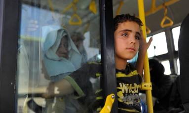 Moradores deixam Daraya em ônibus após acordo entre rebeldes e Exército sírio Foto: OMAR SANADIKI / REUTERS
