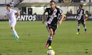Nenê domina a bola na derrota do Vasco para o Santos Foto: Carlos Gregório / vasco.com.br