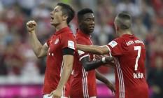 Lewandowski comemora, e Alaba cumprimenta Ribery: Bayern deitou e rolou em cima do Werder Bremen com 6 a 0 na primeira rodada do Campeonato Alemão Foto: Matthias Schrader / AP