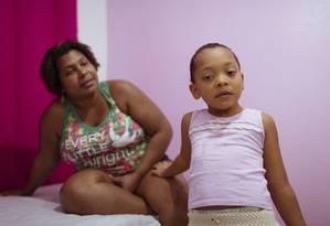 Aline Alves e filha Yasmin, que tem autismo Foto: Leo Martins / Agência O Globo