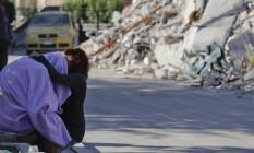 Casal se abraça em frente a casa destruída por terremoto em Amatrice, na Itália Foto: Andrew Medichini / AP