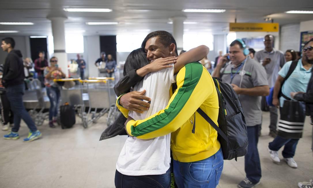 Único brasileiro com três medalha na mesma Olimpíada, Isaquias Queiroz é recebido com abraços no desembarque em Ilhéus Daniel Marenco