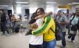 Único brasileiro com três medalha na mesma Olimpíada, Isaquias Queiroz é recebido com abraços no desembarque em Ilhéus