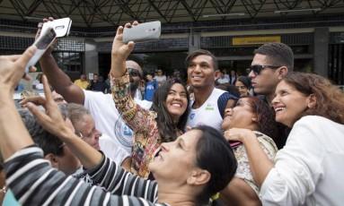 Selfies pra quê te quero: canoísta foi bastante assediado pelos fãs Foto: Daniel Marenco