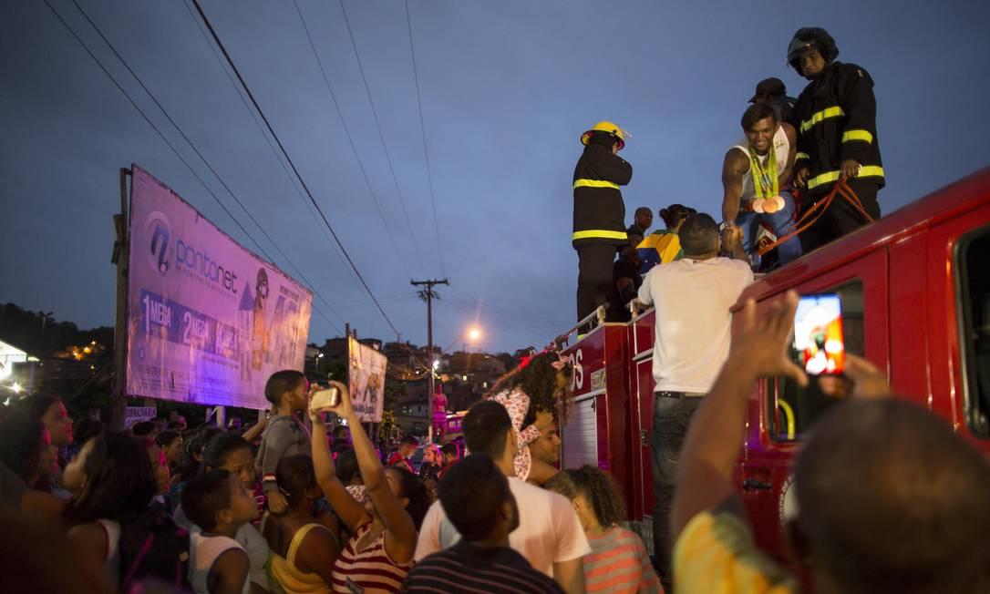 Isaquias estende o braço durante a carreata na cidade natal Daniel Marenco / Agência O Globo