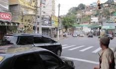 Sinal da Rua Noronha Torrezão, quase esquina com a Rua Vinte e Dois de Novembro: avanços de sinal são rotineiros Foto: Igor Mello / Agência O Globo
