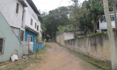 A Rua Portugal, em Rio do Ouro: moradores reclamam da falta de pavimentação e iluminação pública na Zona Leste Foto: Igor Mello / Agência O Globo