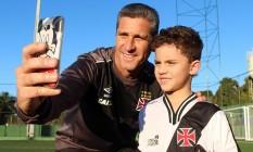 O técnico Jorginho posa com um pequeno fã antes do treinio em Juiz de Fora Foto: Carlos Gregório