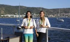Martine Grael e Kahena kunze com as medalhas de ouro no píer do Rio Yacht Club – Saillin, na Estrada Fróes, em São Francisco Foto: Fabio Rossi / Agência O Globo