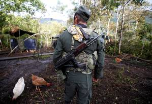 Membro das Farc caminha em campo da Colômbia Foto: JOHN VIZCAINO / REUTERS