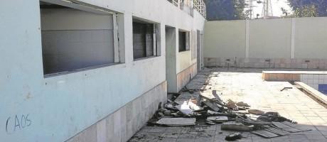 Parte do prédio do Colégio Estadual Compositor Luiz Carlos da Vila, em Manguinhos, que teve janelas inteiras roubadas: alunos sofrem para ter aulas Foto: Fotos de Antônio Werneck