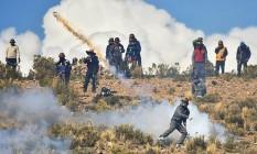 Mineiro rebate lançamento de cápsula de gás lacrimogêneo por policiais, perto de Panduro Foto: STRINGER / REUTERS/25-8-2016