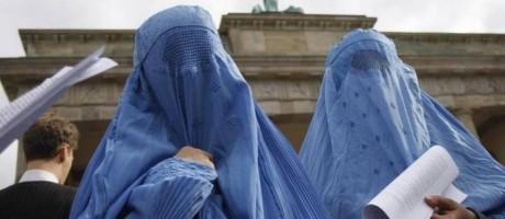 Muçulmanas usam burcas durante manifestação em Berlim Foto: Reuters