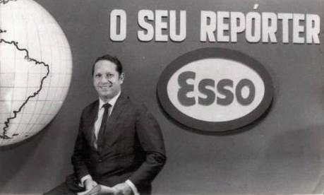 """Noticiário. Gontijo Teodoro nos estúdios do programa """"Repórter Esso"""": o jornalístico saiu do rádio para a TV em 1952 e fez história também na telinha Foto: Divulgação 1952 / Agência O Globo"""