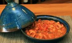 O prato é servido com os legumes embaixo das postas de bacalhau Foto: Divulgação/Roberto Wertman