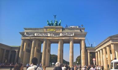 Ativistas de movimento de extrema-direita da Alemanha realizaram protesto contra imigrantes no emblemático Portão de Brandemburgo em Berlim Foto: Frank Jordans / AP/Frank Jordans