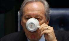 Lewandowski tomou varias xícaras de chá e café no plenário do Senado Foto: Ailton de Freitas / Agência O Globo