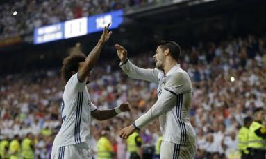 Marcelo e Morata comemoram o primeiro gol do Real Madrid sobre o Celta no Santiago Bernabeu Foto: Francisco Seco / AP
