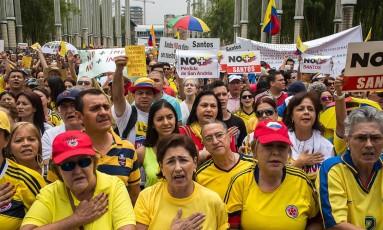 Colombianos celebram anúncio do acordo, na Praça da Luzes em Medellín Foto: For The Washington Post / The Washington Post