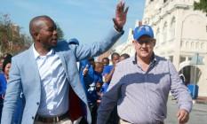 Juntos. Mmusi Maimane, primeiro líder negro da Aliança Democrática, e Athol Trollip, eleito prefeito da Baía de Nelson Mandela, em Port Elizabeth: maior golpe que o CNA já sofreu Foto: STRINGER / REUTERS/2-8-2016