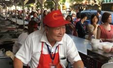 Despedida. Teng Beiling em seu último dia vendendo macarrão no mercado de Donghuamen: 32 anos no local Foto: Vivian Oswald