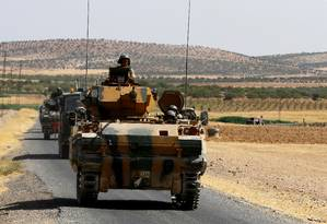 Comboio do Exército turco cruza a fronteira de volta para a base em Karkamis Foto: UMIT BEKTAS / REUTERS