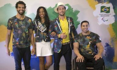 André Brasil, Silvânia Costa e Jovane Guissone mostram traje da festa de abertura dos Jogos Rio-2016, ao lado do ex-judoca Flávio Canto. Foto: Fernando Maia/CPB/MPIX / Divulgação CPB