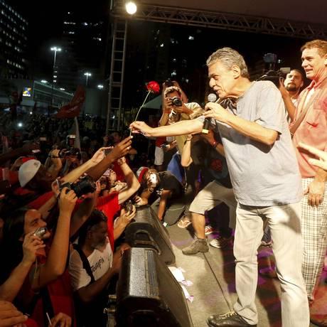 Chico Buarque em ato de apoio a Dilma, em março Foto: Domingos Peixoto / Agência O Globo