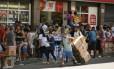Desordem urbana: camelôs ocupam calçada em Madureira