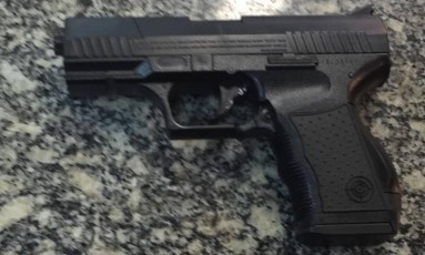 Réplica de arma apreendida com os suspeitos Foto: Divulgação/Polícia Militar